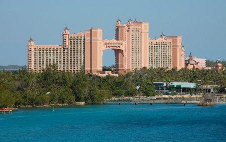Photo pour NASSAU : Atlantis Paradise Island à Nassau, Bahamas. Les tours royales jointes par le pont. La suite Bridge, située dans la travée, est l'une des suites hôtelières les plus chères au monde - image libre de droit