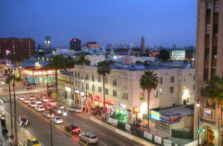 Foto de LOS ÁNGELES - 9 de febrero de 2014: Vista de Hollywood Boulevard al atardecer. En 1958, el Paseo de la Fama de Hollywood fue creado en 1958 como un homenaje a los artistas y otros contribuyentes significativos a la industria del entretenimiento. . - Imagen libre de derechos