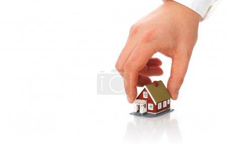 Photo pour Immobilier concept. main et petite maison. - image libre de droit