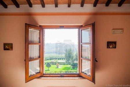 Photo pour Belle vieille fenêtre dans villa avec vue sur la Toscane ensoleillée du matin - image libre de droit