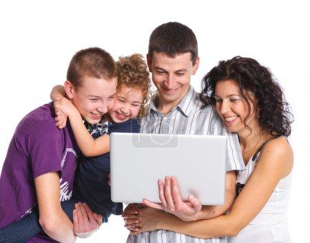 Photo pour Famille heureuse avec des enfants, l'utilisation sur ordinateur portable - image libre de droit