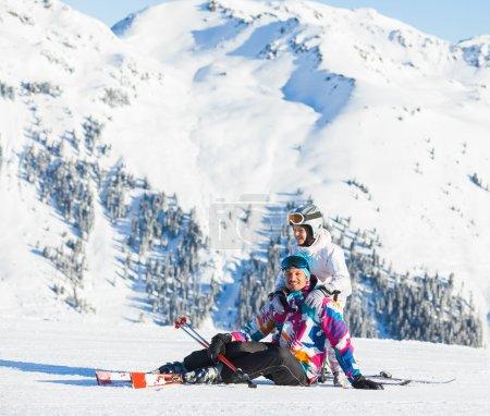 Photo pour Heureux homme et sa fille au dessus des Alpes, se reposer après le ski sur fond de montagnes merveilleux hiver - image libre de droit