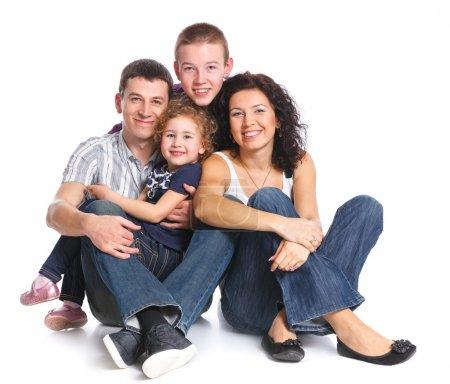 Photo pour Belle famille heureuse souriante de quatre - isolé sur fond blanc - image libre de droit