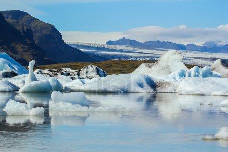 Photo pour Belle photo de lac glaciaire de fjallsarlon plein de flottant icebergs près du glacier de fjallsjokull - image libre de droit