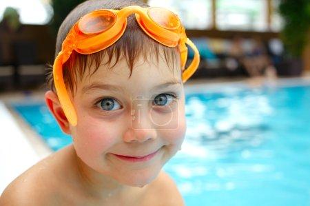 Photo pour Activités sur la piscine. garçon mignon nager et jouer dans l'eau de piscine - image libre de droit