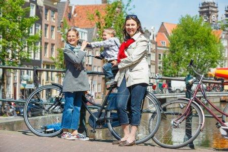 Photo pour Touristes à amsterdam. mère avec ses enfants marchant dans les rues d'amsterdam. les pays-bas - image libre de droit