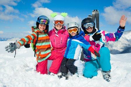 Photo pour Ski, hiver, neige, soleil et amusement - famille, profitant des vacances d'hiver - image libre de droit