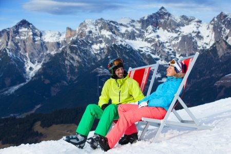 Photo pour Vacances de ski, neige, soleil et hiver - skieur dans la station de ski de repos - image libre de droit