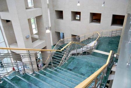 Photo pour Les escaliers dans le bâtiment - image libre de droit