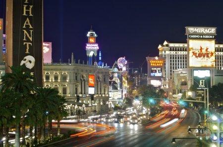 Photo pour Las vegas, usa - 1er septembre 2007 : vue de nuit de las vegas boulevard, avec 4,2 milles de longueur est la rue la plus populaire de la ville et regorge d'hôtels et de casinos. Nous pouvons voir quelques touristes marchant dans la rue. - image libre de droit