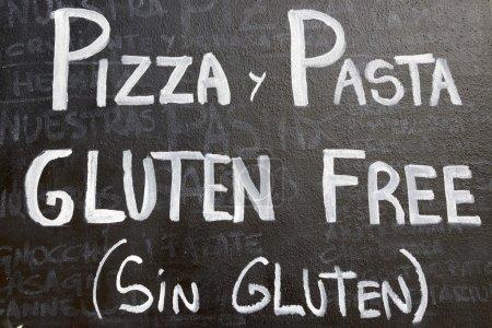 Photo pour Au premier plan d'une affiche menu sans gluten dans un restaurant espagnol typique, Séville, Andalousie, Espagne - image libre de droit