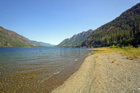 Photo pour Vue de la rive du lac Buttle dans le parc provincial Strathcona au Canada - image libre de droit