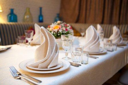Photo pour Une table de mariage très joliment décoré avec des assiettes et serviettes. - image libre de droit
