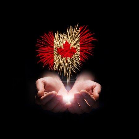 Photo pour Feux d'artifice en forme de coeur avec le drapeau du Canada sur fond noir. Fête du Canada. Bienvenue au Canada - image libre de droit