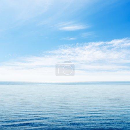 Photo pour Mer bleue et ciel nuageux au-dessus - image libre de droit