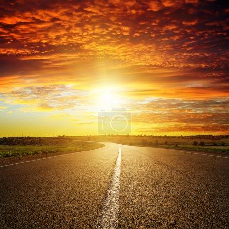 Coucher de soleil rouge sur la route