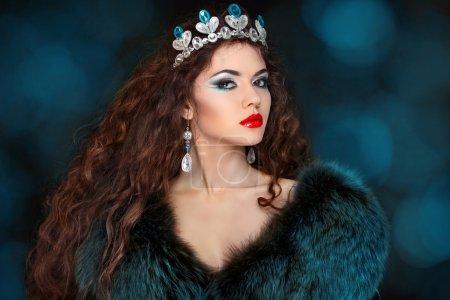 Photo pour Belle femme avec des cheveux longs en manteau de fourrure. bijoux et beauté. photo de mode art - image libre de droit