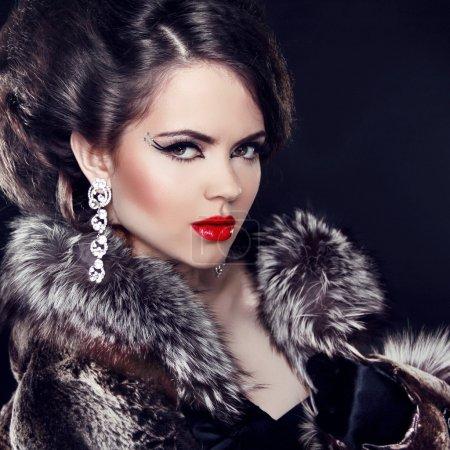 Photo pour Bijoux et la mode Dame élégante. belle femme portant en manteau de fourrure de luxe sur fond noir. - image libre de droit