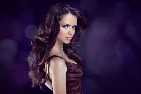 Photo pour Cheveux ondulés. Belle femme brune élégante. Cheveux longs et sains. beauté modèle fille . - image libre de droit