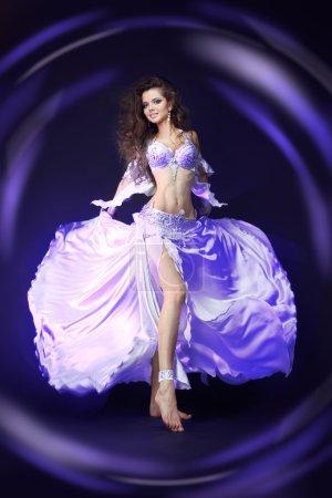 Photo pour Belle femme danseuse du ventre. arabe oriental professionnel artiste brillant costume blanc isolé sur fond noir. lumineux studio coloré tourné - image libre de droit