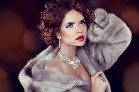 Photo pour Beauté mode modèle femme en manteau de fourrure de vison. fille hiver en luxe fourrure manteau et diamant Bijoux Collier - image libre de droit
