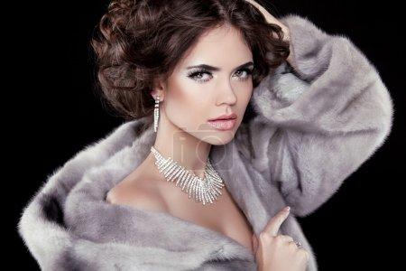 Photo pour Portrait de la femme belle mode porter en manteau de fourrure de vison avec un style cheveux ondulés. accessoires de bijoux. - image libre de droit
