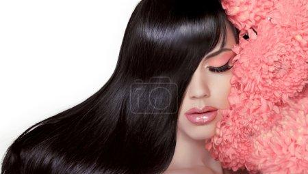 Photo pour Salon de coiffure. beauté femme aux cheveux noirs lisse longtemps saine et brillante. portrait de jeune fille brune modèle isolé sur fond blanc. cheveux - image libre de droit