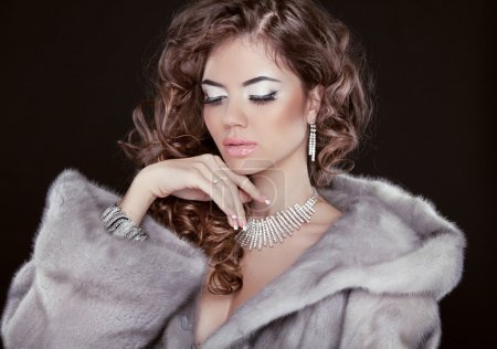 Photo pour Belle fille porter en manteau de fourrure de vison avec coiffure long isolé sur fond noir de l'hiver. Mode hiver femme modèle posant. - image libre de droit