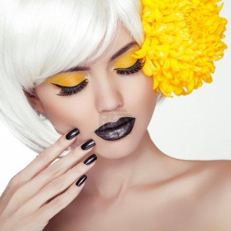 Photo pour Mode portrait de jeune fille modèle blond avec style tendance cheveux courts, noir, maquillage et manucure. vernis à ongles noir et rouge à lèvres. maquillage de la femme. Coupe de cheveux. - image libre de droit