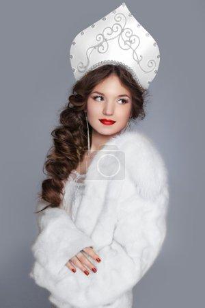 Photo pour Modèle de belle fille russe en manteau de fourrure et vêtements design exclusif sur les manières de vieux-slave. portrait de Close-up. - image libre de droit