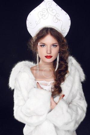 Photo pour Mannequin russe fille dans des vêtements sur les manières de vieux slave Slave design exclusif. portrait de Close-up. - image libre de droit