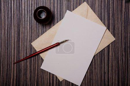 Photo pour Fond de Noël avec papier lettre vierge. Profondeur de champ faible - image libre de droit