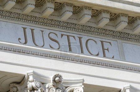 Photo pour Mot de justice gravé sur le palais de justice - image libre de droit