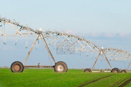 Photo pour Centre système d'irrigation pivot fond bleu ciel - image libre de droit