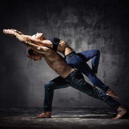 Photo pour Homme et femme dans une pose de danse passionnée - image libre de droit