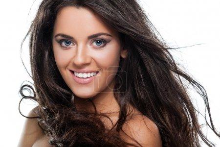 Foto de Morena jovencita con un cabello hermoso sobre fondo blanco - Imagen libre de derechos