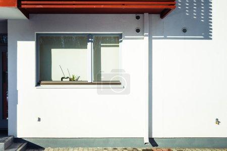 Photo pour Fenêtre sur un mur blanc - image libre de droit