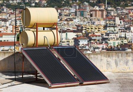 Photo pour Système sur le toit de chauffe-eau solaire - image libre de droit