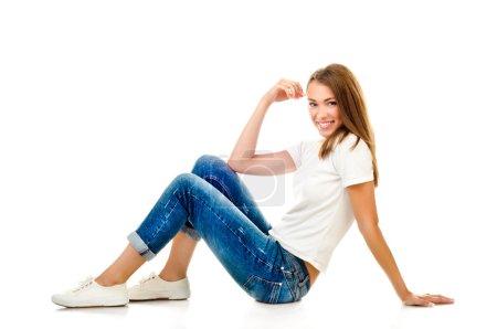 Photo pour Jeune fille isolée sur un fond blanc - image libre de droit