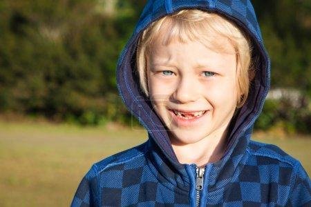 Portrait de garçon avec des dents manquantes