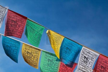 Photo pour Drapeaux de prière bouddhistes tibétains flottant avec un ciel bleu - image libre de droit
