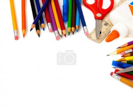 Photo pour Fournitures scolaires assorties, y compris stylos, crayons, ciseaux, colle et une règle, sur un fond blanc - image libre de droit