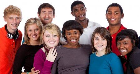 Photo pour Un groupe multiracial d'étudiants sur un fond blanc - image libre de droit