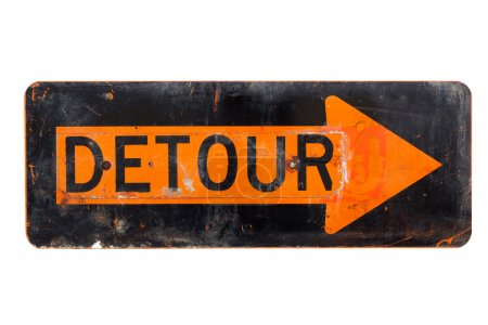 Foto de Un cartel de desvío muy viejo, naranja y negro sobre un fondo blanco - Imagen libre de derechos
