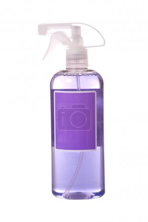 Photo pour Un vaporisateur coloré avec espace de copie sur le devant de la bouteille. bouteille chimique pour le nettoyage. concept de nettoyage de printemps - image libre de droit