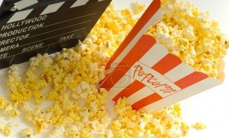 Photo pour Articles de film et du divertissement, y compris une boîte de maïs soufflé un clin de film et une bande de film de 35mm - image libre de droit
