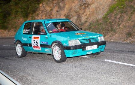 Photo pour Vic, ESPAGNE - 12 OCTOBRE : L'Espagnol Marc Blazquez et son copilote dans une course PEUGEOT 205 GTI 1.6 au 61ème Rallye Costa Brava, le 12 octobre 2013 à Vic, Espagne - image libre de droit