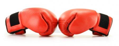 Photo pour Paire de gants de boxe en cuir rouge isolés sur blanc - image libre de droit