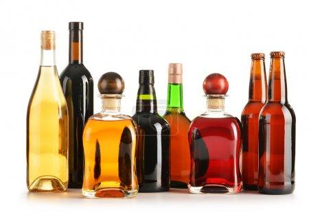 Photo pour Composition avec flacons de produits alcoolisés variés isolés sur du blanc - image libre de droit
