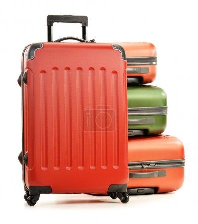 Photo pour Bagages constitués de grandes valises isolées sur fond blanc - image libre de droit